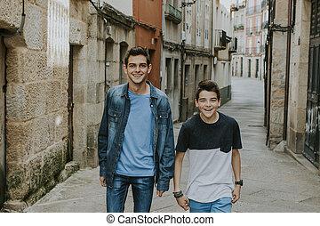 na dół, pieszy, ulica, młody, uśmiechanie się