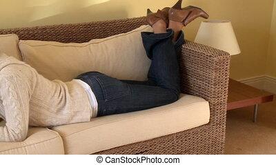 na dół, sofa, leżący, brunetka, kobieta