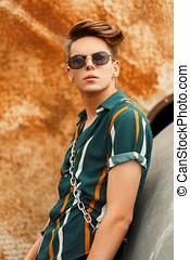 na moda, bonito, homem jovem, com, um, penteado, em, um, coloridos, elegante, verão, praia, camisa, rua