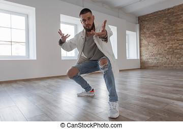 na moda, bonito, homem jovem, dançarino, em, elegante, roupas, com, jeans rasgados, dançar, em, dança, classe