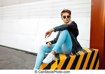 na moda, bonito, homem jovem, em, branded, elegante, roupas, senta-se, ligado, black-and-yellow, concreto