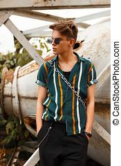 na moda, bonito, homem jovem, em, um, moda, bonito, camisa, perto, um, enferrujado, técnica