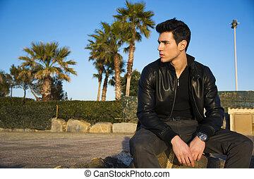 na moda, bonito, homem jovem, sentando, esperando