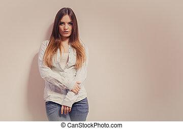 na moda, mulher, em, camisa, denim, calças