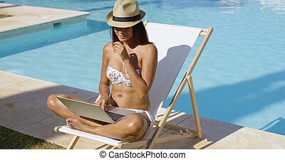 na moda, mulher jovem, relaxante, em, a, piscina