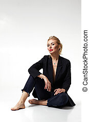 na moda, terno preto, loiro, mulher