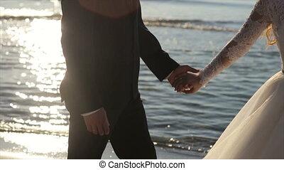na, romantisch paar, bruidegom, tropische , bruid, getrouwd, ondergaande zon , trouwfeest, nieuw, strand