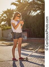 na wolnym powietrzu, dziewczyna, smartphone, skateboard, młody
