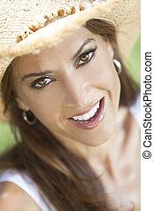 na wolnym powietrzu, portret, od, piękny, młoda kobieta, w, słoma, kapelusz kowboja