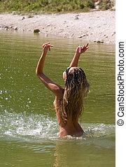 naakt, jonge vrouw , het baden, in, de, zee