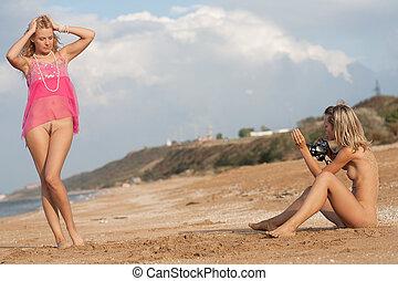 nacked girls near sea