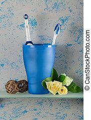 naast, badkamer, elektrische toothbrush, daar, handleiding, bloemen, glas, plank