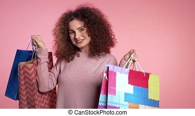 nabycia, spędzając, studio, różowy, szczęśliwy, sprzedaż, barwny, odizolowany, dary, papier, kobieta, tło., młody, pojęcie, po, pieniądze, sezonowy, shopping torby