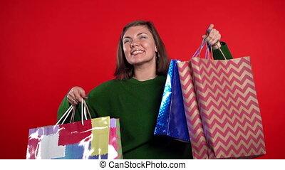 nabycia, spędzając, studio, szczęśliwy, sprzedaż, barwny, odizolowany, dary, czerwony, papier, kobieta, tło., młody, pojęcie, po, pieniądze, sezonowy, shopping torby