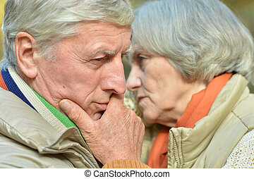 nachdenklich, altes ehepaar