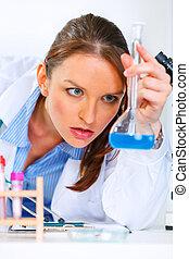 nachdenklich, doktor, frau, in, laboratorium, analysieren, ergebnisse, von, medizinische prüfung
