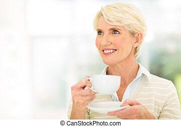 nachdenklich, mittler, alter, frau, kaffeetrinken