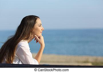 nachdenklich, woman, aussieht, vorwärts, strand