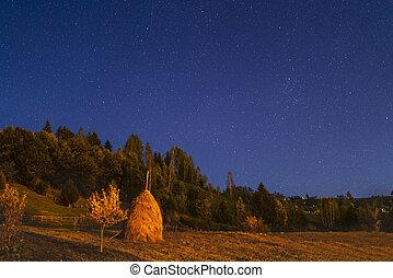 nacht, landschaftsbild, mit, heuhaufen, bergen
