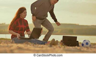 nacht, op het zand, meisje, en, man, met, laptops, slowmotion, video