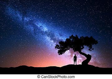 nacht, silhouette, weg, boompje, man., melkachtig, alleen, landscape