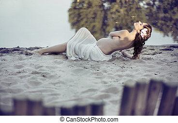 nackte frau, sandstrand, zufrieden, hälfte