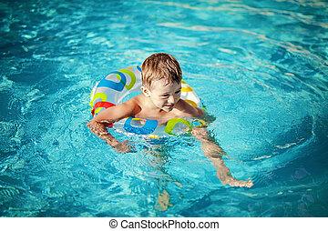 nade, lições, seu, criança, natação, tendo, piscina, primeiro
