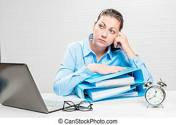 nadenkend, documenten, financiële analist, kantoor