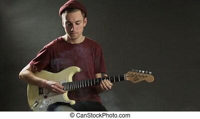 nadenkend, guitarist, spelende guitar, in, donker, studio