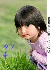 nadenkend, klein meisje