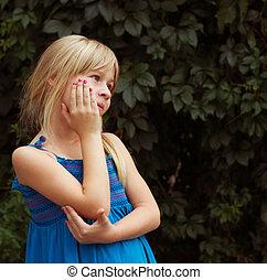 nadenkend, meisje, van, 6, jaren, op, groene achtergrond