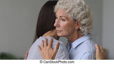 nadenkend, middelbare , vrouw, grown, het knuffelen, op, ...