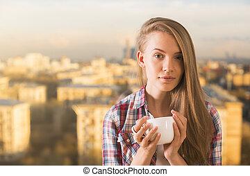 nadenkend, vrouw, drinkende koffie