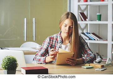 nadenkend, vrouw, notepad, schrijvende