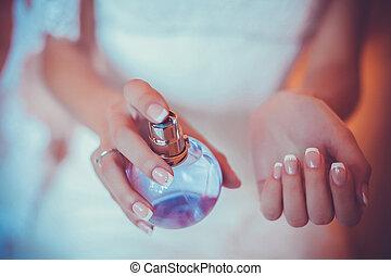 nadgarstek, kobieta, zwracający się, jej, perfumy