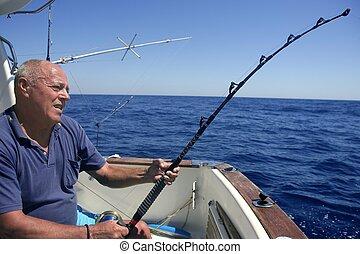 nagy játék halfajták, horgász, idősebb ember, sport, csónakázik