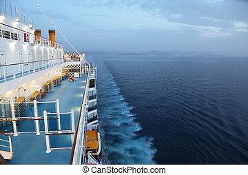 nagy, luxushajó, lovaglás, alatt, evening., fény, on.,...