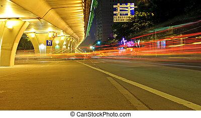 nagy sebességű, jármű, képben látható, városi, közútak, alatt, felüljáró, éjjel