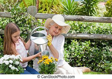 nagyanya, lányunoka, dolgozó, neki, kert