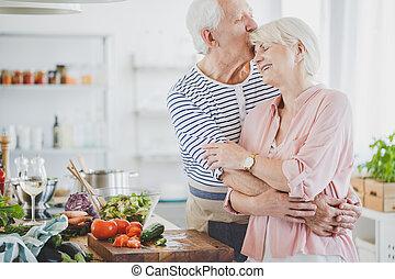 nagyapó, mosolygós, nagyanyó, megcsókol, átkarolások