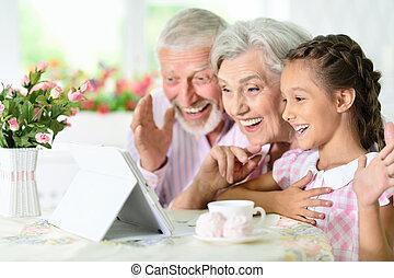 nagyszülők, lányunoka, tabletta, neki, használ