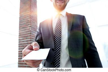 nahaufnahme, card., buero, geben, foto, geschäftsmann, dachgeschoss