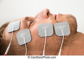 nahaufnahme, mann, elektroden, gesicht