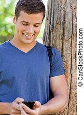 nahaufnahme, von, a, muscled, junger mann, gebrauchend, a, smartphone