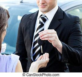 nahaufnahme, von, a, verkäufer, geben, car\'s, schlüssel