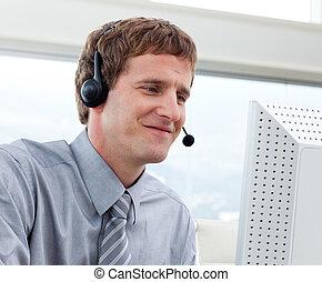nahaufnahme, von, geschäftsmann, arbeitende , in, a, anruf- mitte