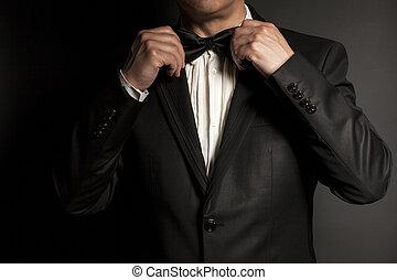 nahaufnahme, von, herr, schwarz tragen, schlips, macht gerade, seine, bowtie.