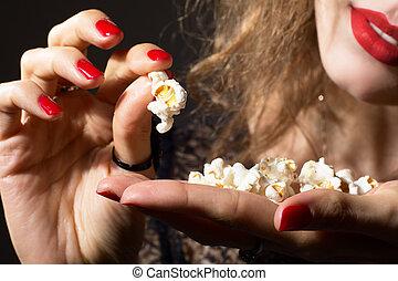 nahaufnahme, von, junger, schöne , mädchen popcorn, in, hand.
