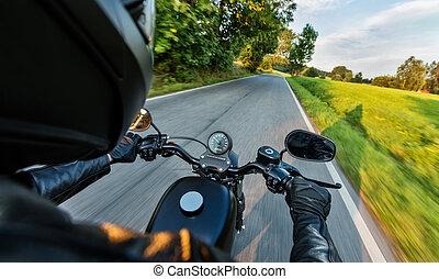 nahaufnahme, von, motorbiker, reiten, auf, leerer , straße