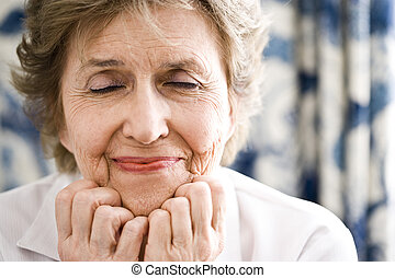 nahaufnahmefrau, geschlossene augen, senioren, sie
